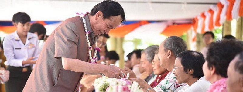 กองกลาง สำนักงานอธิการบดี ร่วมกิจกรรมสรงน้ำหลวงพ่อพระพุทธโสธรและรดน้ำขอพรผู้สูงอายุ